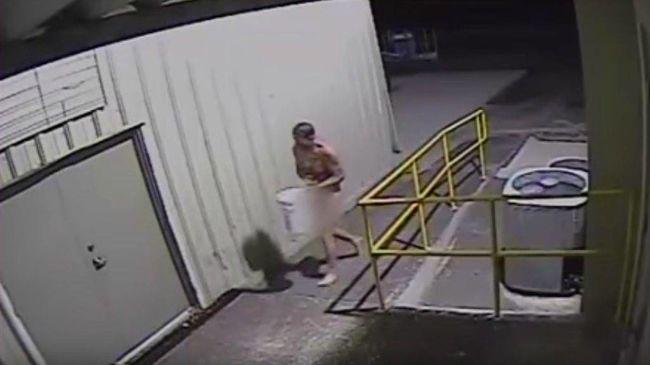 Pucér férfi lopta el a híres szobrot - videó