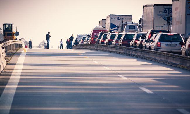 Szörnyű baleset miatt teljes útzár az M5-ösön, a sofőrnek esélye sem volt