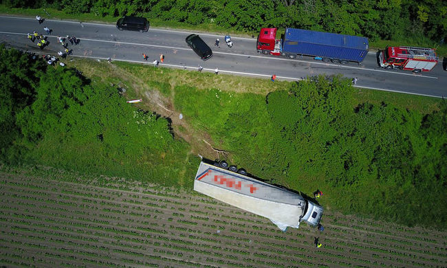 Kettészakadt a kocsi, ketten szörnyethaltak a kamionos balesetben Fejér megyében