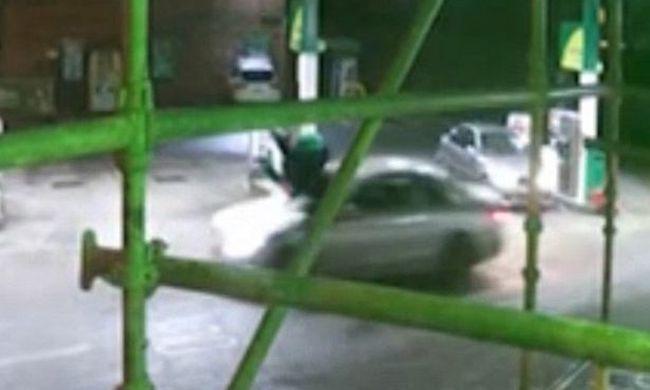 Benzinkúton gázoltak gyalogost, a férfi feje betörte a szélvédőt