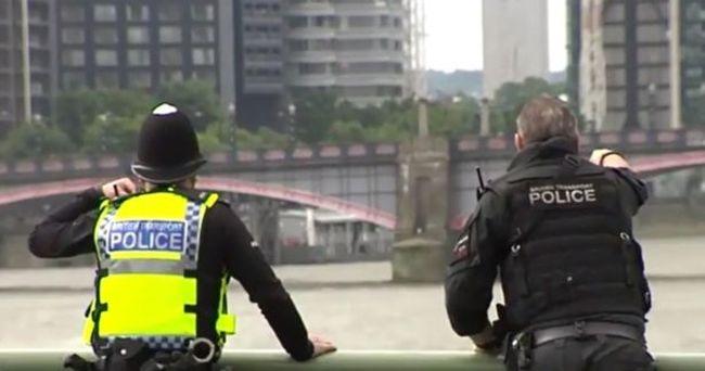 Élőben jelentkezett be a riporter, mikor valaki lezuhant mellette a hídról - videó