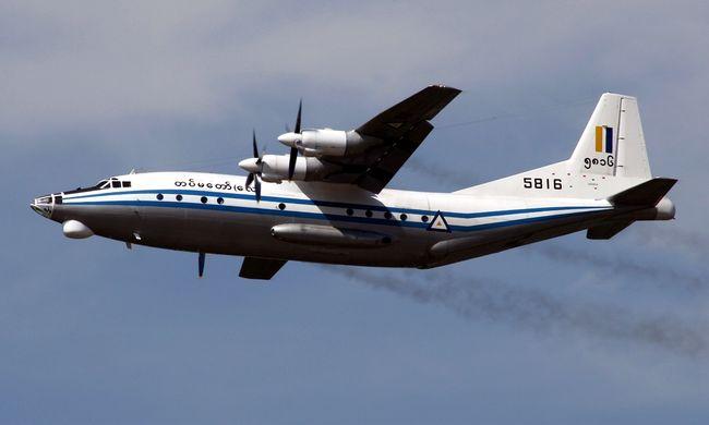 Száznál több utassal zuhant le a repülő, holttesteket találtak