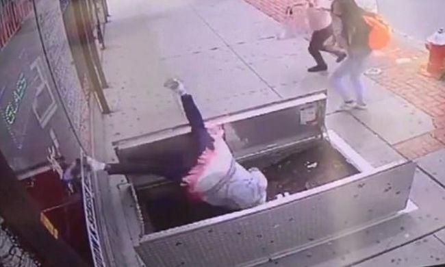 Durva videó: telefonja miatt zuhant mélybe a figyelmetlen asszony