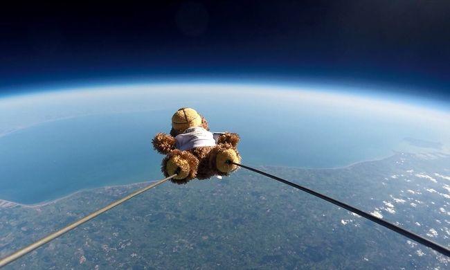 Kijutott a világűrbe a plüssmackó, akit lufira kötöttek