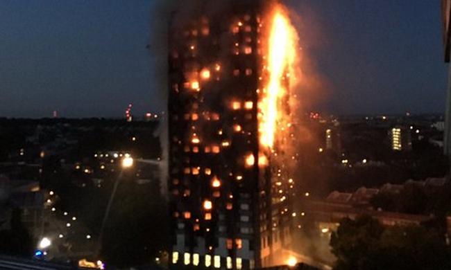 Sokkoló beszámoló: két gyerekét elhagyta az anya, amikor a lángoló toronyházból menekült