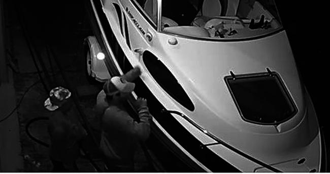 A kamera mindent vett: lopott hajón szexelt a tolvajpár
