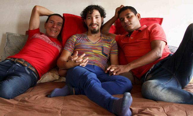 Furcsa család: összeházasodott három férfi
