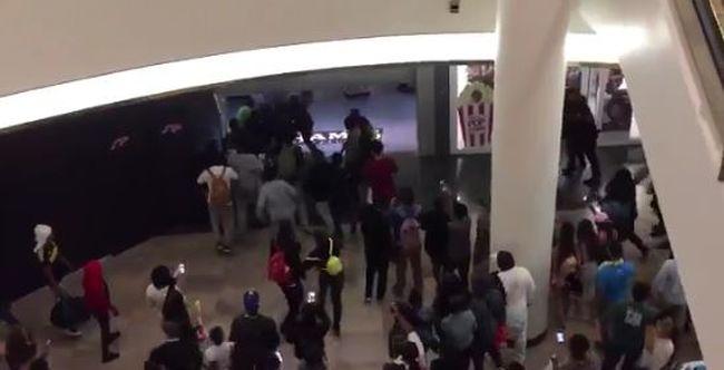 Tömegverekedés tört ki, kiürítették a plázát - videó