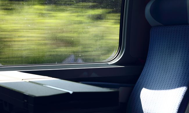 Kitörte a vonatablakot, és a halálba vetette magát a férfi