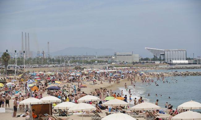 Tilos a meztelenkedés, a pisilés és a labdázás - furcsa szabályok a strandon