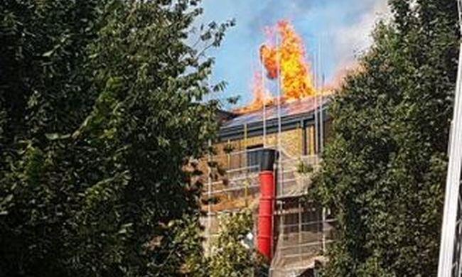 Lángokban áll egy ház Londonban, több tucat tűzoltó küzd az oltással