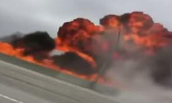 Felcsaptak a lángok: lezuhant egy kisrepülő az autópályára