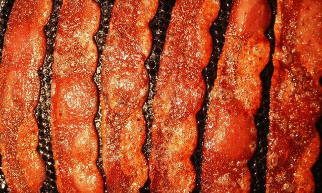 Baconnel pofozta fel a muszlim tinilányt a férfi