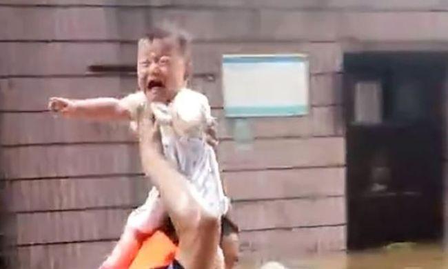 Zokogó kislányt mentett a hős rendőr: mellkasig érő vízben gázolva tartotta feje fölé a kicsit - videó