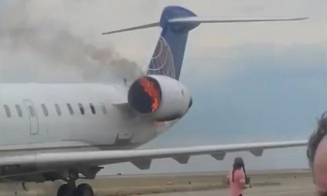 Futva menekültek az utasok: lángra kapott egy repülő