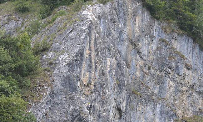 Lezuhant a sziklákról a hegymászó, már csak a holttestét találták meg a hegyimentők