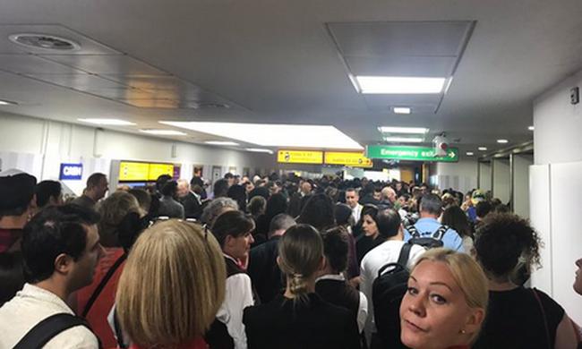 Teljes a káosz: kiürítették a repteret, megszólaltak a szirénák