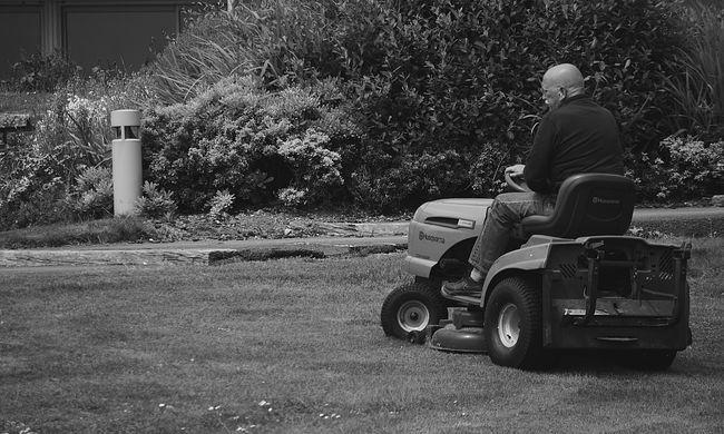 Vér borította a kertet: saját fűnyírója ölte meg az idős férfit