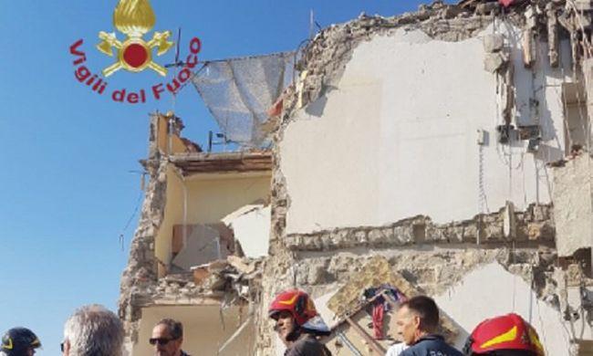 Összeomlott egy toronyház, családokat keresnek a romok alatt