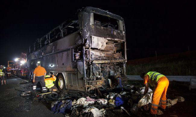 Fotók érkeztek a helyszínről: kiégett egy turistabusz Sormásnál