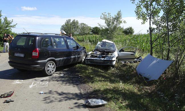 Fotók érkeztek a halálos balesetről: frontális ütközés volt Csongrád megyében