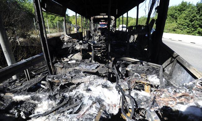 Teljesen kiégett egy újabb busz - fotók érkeztek az autópályáról