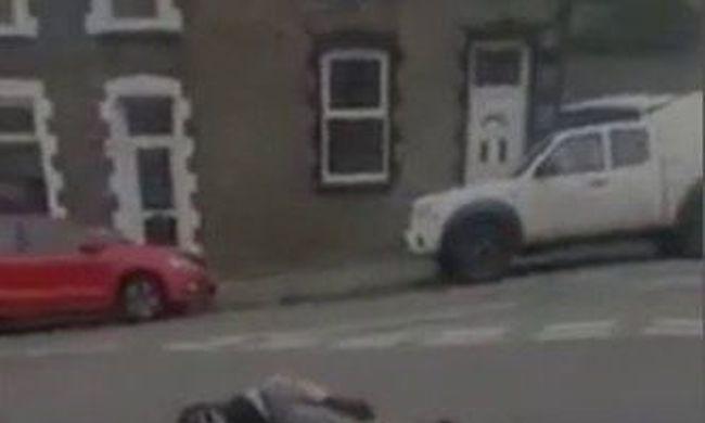 Saját magával harcolt az utca közepén a férfi, kórházba kellett vinni - videó
