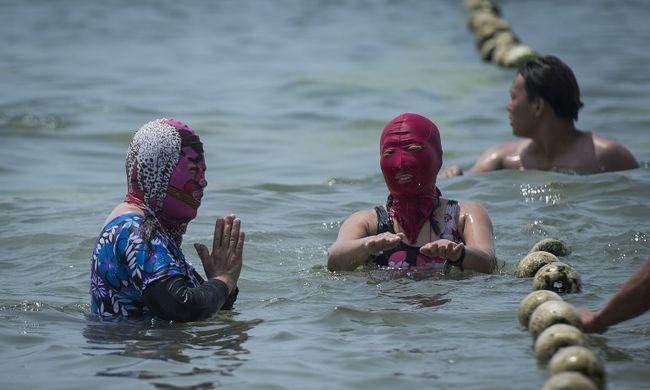 Meglepő divat a strandon: az arcukat fedik le a nők