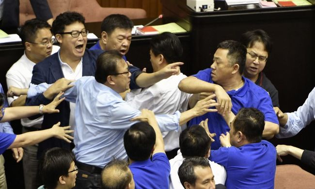 Elszabadult a pokol a parlamentben, összeverekedtek a képviselők