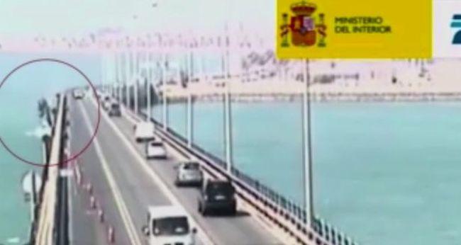Horrorbaleset: a hídról a mélybe zuhant a kamion - videó