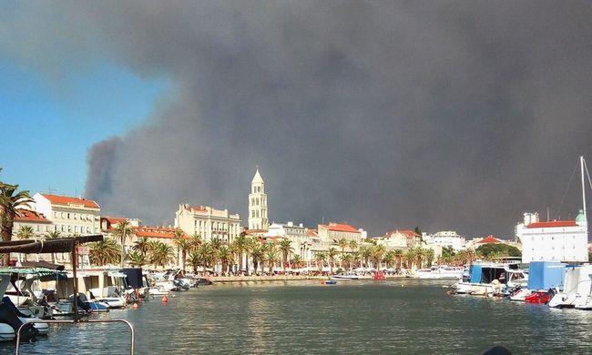 Lángokban áll a közkedvelt üdülőhely, lakásaikba zárkóznak az emberek