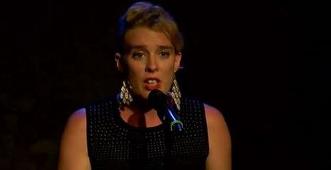 Felfoghatatlan: holtan esett össze koncertjén a népszerű színésznő