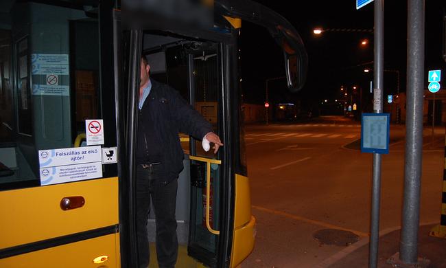 Majdnem leharapta a győri buszsofőr ujját, mert leküldte a járatról