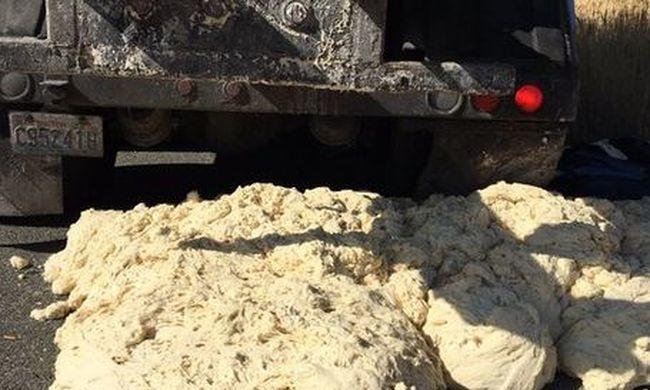 Rendőrt kellett hívni: az autópályán kezdett ömleni a kenyértészta a kamionból