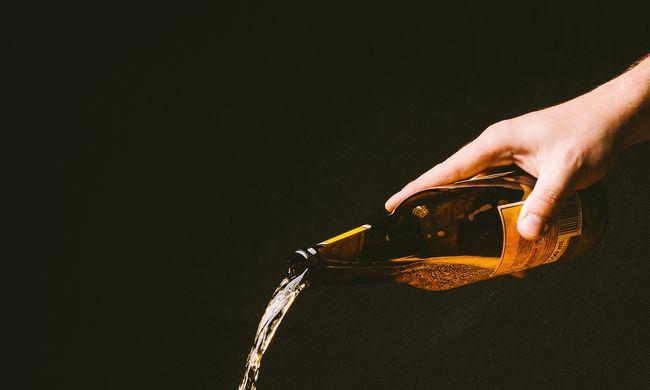 Elborzadt az asszony: rosszul lett attól, amit a sörében talált