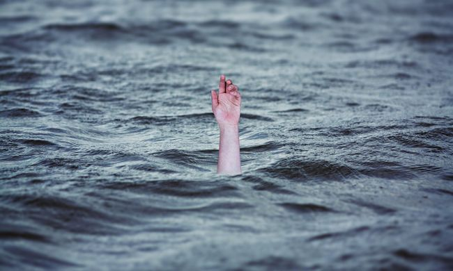 Barátai mellett fulladt meg a fiatal, el volt kékülve, mikor rátaláltak
