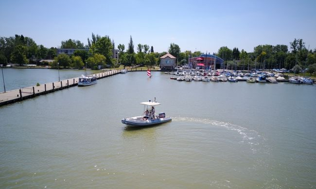 Dráma a Velencei-tavon: süllyedő hajóhoz sietett a rendőrség