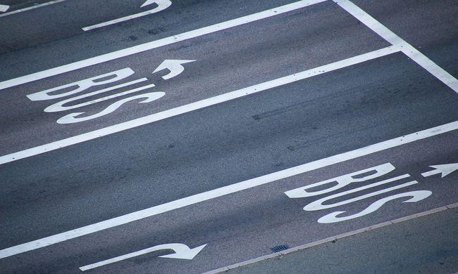 Elképesztő eset az autópályán, félre kellett állítani a külföldi buszt