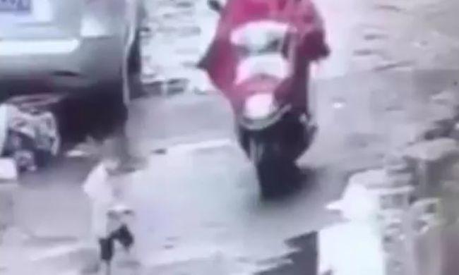 Terhes anya gázolta el a kisgyereket, majd ott hagya az úton - videó