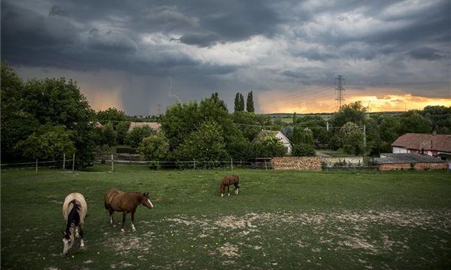 Közölték a meteorológusok: erős széllel csap le az eső