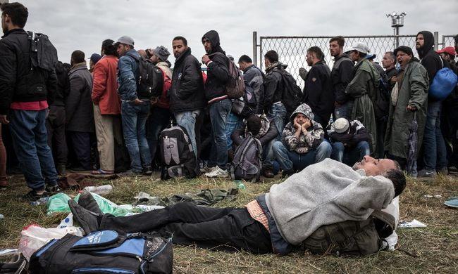 Nagy migránsroham a határokon