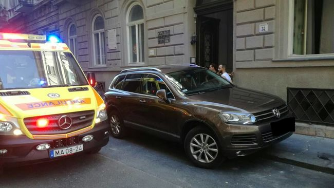 Botrány Budapesten: tilosban parkoló kocsi veszélyeztette az életmentést