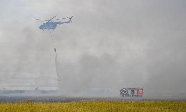 Mindent elborít a füst, helikopterekkel oltják a tomboló hortobágyi tüzet
