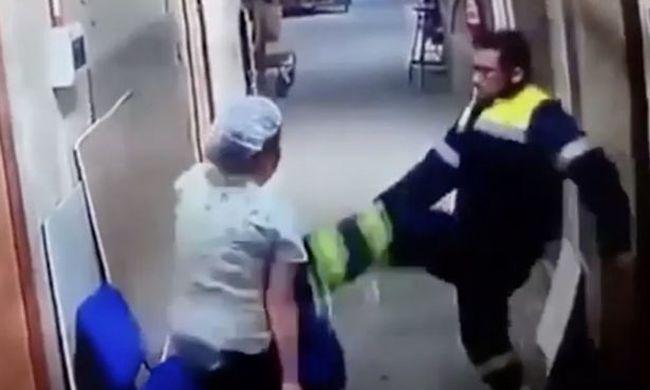 Botrányos jelenet: hasba rúgta a terhes ápolót a mentős a kórházban - videó