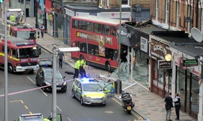 Boltba csapódott a busz, sok a sérült
