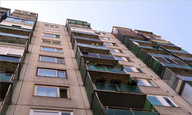 Kizuhant az erkélyről a miskolci kisfiú, édesanyjával volt otthon
