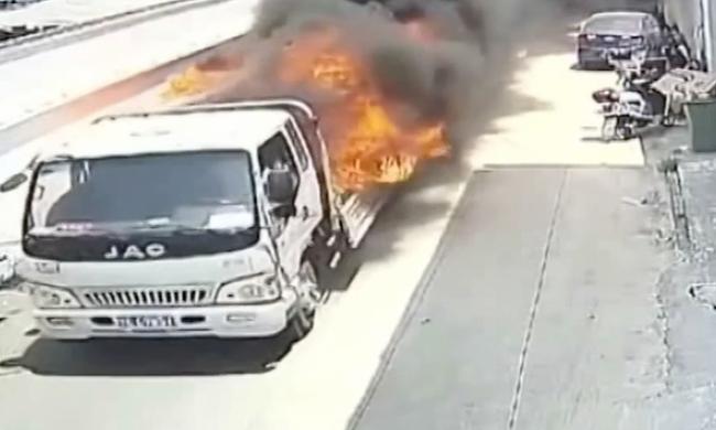 Életét kockáztatta a férfi, tűzvésztől mentette meg a lakókat - videó