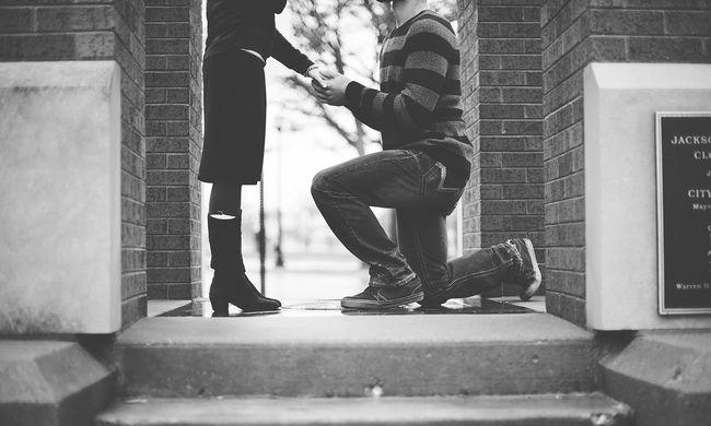 Megkérte a kezét, majd lilára verte Andreát a szerelme