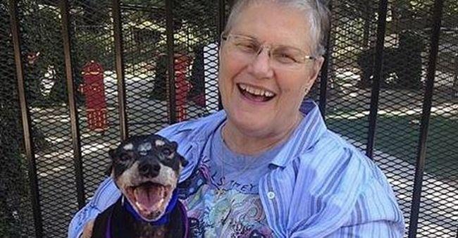 Megható egymásra találás: a legszomorúbb kutyát fogadta örökbe az özvegyasszony