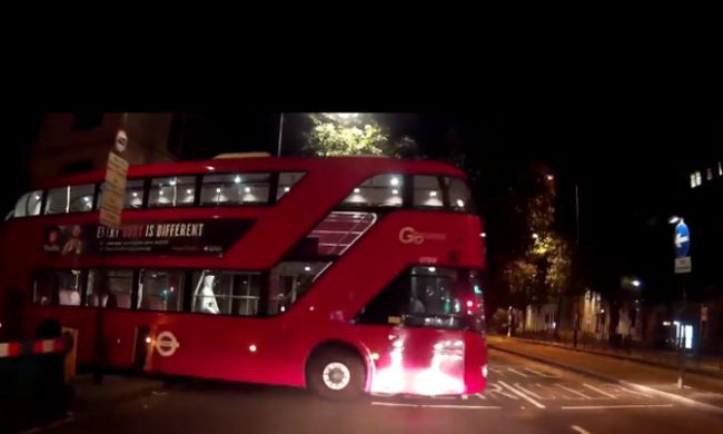 Sofőr nélküli busz szabadult el az úton - videó